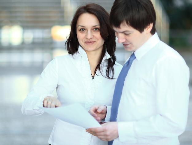 Omawianie dokumentów biznesowych ludzi biznesu. zdjęcie z miejscem na kopię