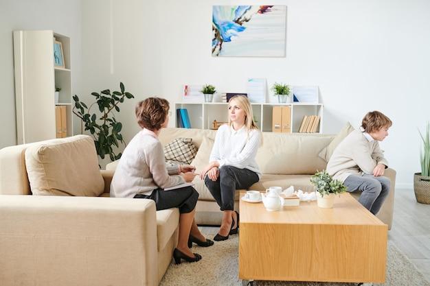 Omawianie problemów rodzinnych na sesji terapeutycznej