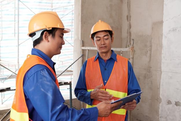 Omawianie procesu budowy