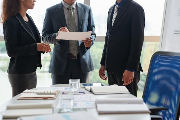 Omawianie szczegółów wzajemnie korzystnej współpracy