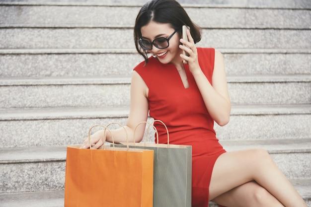 Omawianie zakupów z przyjacielem