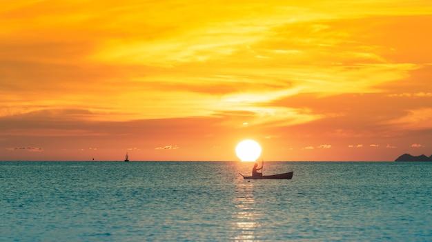 Omega zachód słońca, piękny zachód słońca na tropikalnej plaży ze złotymi światłami, koh samui tajlandia