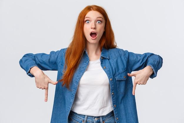 Omg, spójrz na to. zaskoczona i zdziwiona pociągająca nastolatka znalazła niesamowitą nową grę