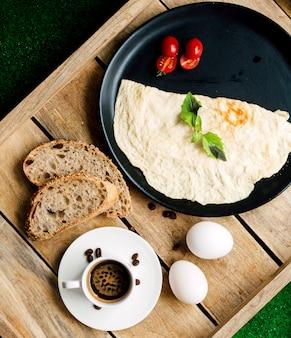 Omlet i pomidor z kromkami chleba