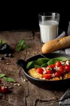 Omlet na talerzu i pieczywo francuskie bagietki