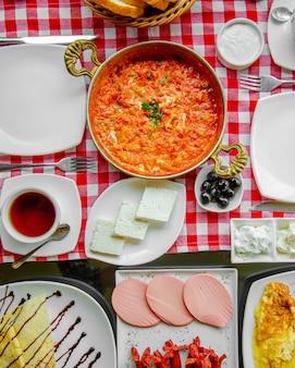 Omlet pomidorowy podawany z ziołami