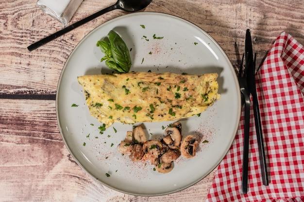 Omlet z grzybami podawany na talerzu z podsmażonymi grzybami jako dodatek lub dodatek