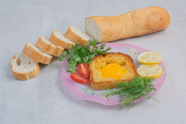 Omlet z kromkami białego pieczywa na worze.