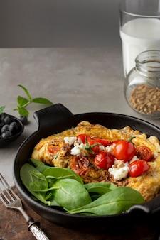 Omlet z serem i pomidorami wysoki widok