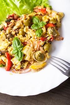 Omlet z warzywami i boczkiem na talerzu