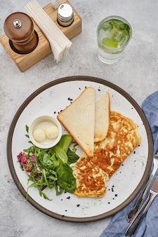 Omlet z ziołami, chlebem i masłem