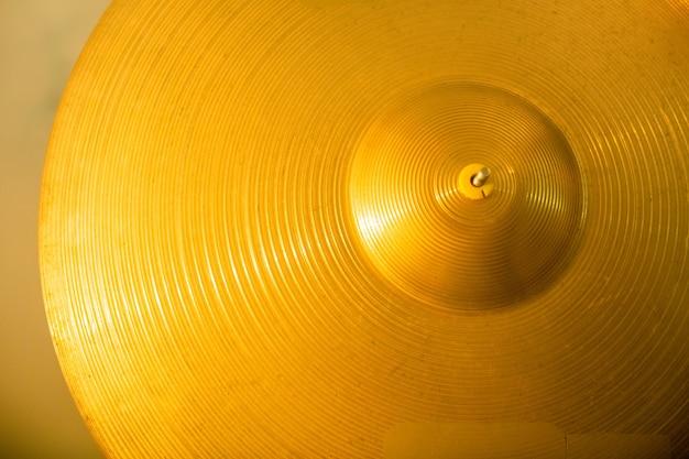 Omówienie okrągłego żółtego talerza jako części zestawu perkusyjnego współczesnego muzyka i może służyć jako tło dla reklamy muzycznej