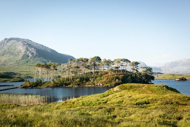Opactwo lylemore w parku przyrody connemara. galway, republika irlandii.