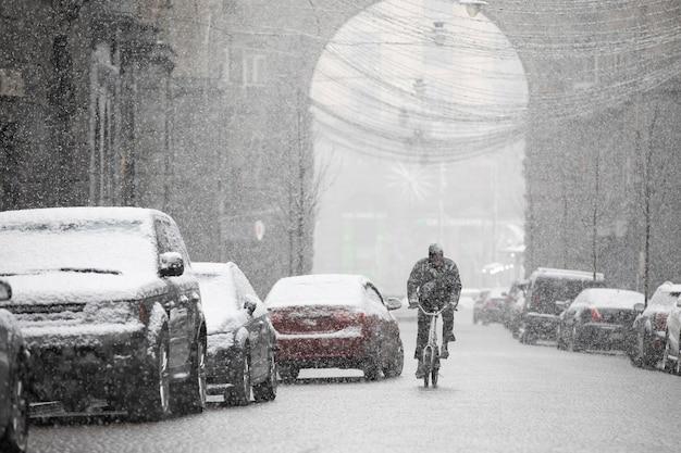 Opady śniegu na wąskich uliczkach miasta pokryte śniegiem, selektywne focus.