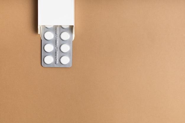 Opakowania białe tabletki na kolorowym tle