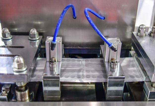 Opakowania blistrowe z folii aluminiowej w kolorze srebrnym chroniące przed światłem w przemysłowej linii produkcyjnej
