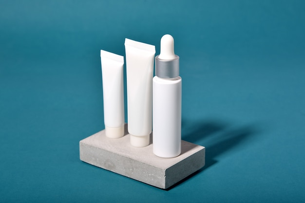 Opakowania na butelki kosmetyczne z efektem cienia i efektu świetlnego na liściach, pusta etykieta dla ekologicznego brandingu, koncepcja naturalnego produktu do pielęgnacji skóry