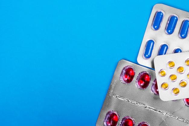 Opakowania tabletek - abstrakcyjne tło medyczne z copyspace. kolorowe pigułki.
