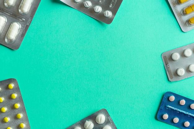 Opakowania tabletek (narkotyków) na kolorowym tle. minimalna koncepcja.
