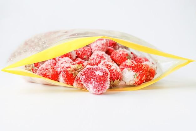 Opakowanie do zamrażania żywności wraz z mrożonymi truskawkami