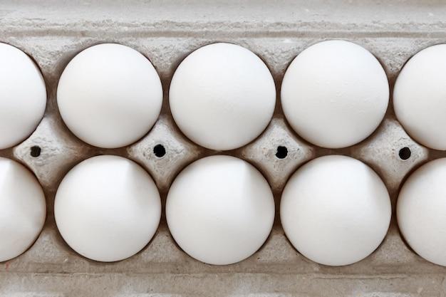 Opakowanie ekologiczne z białym jajkiem, widok z bliska.