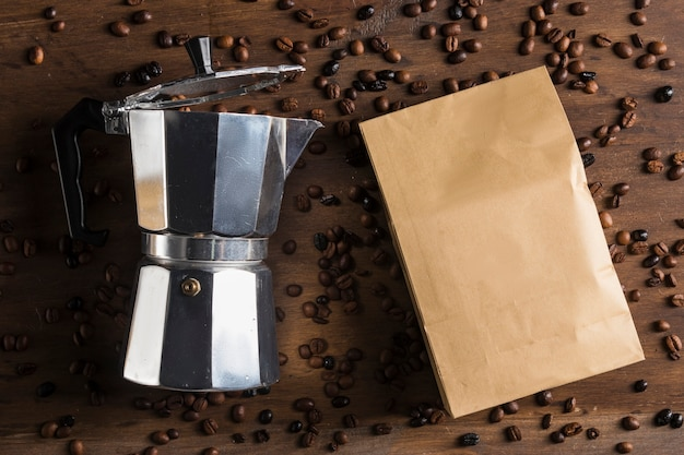 Opakowanie papierowe i ekspres do kawy z gejzerem