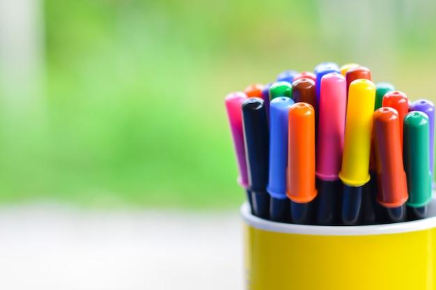 Opakowanie pisaków w żółtym szkle ceramicznym.