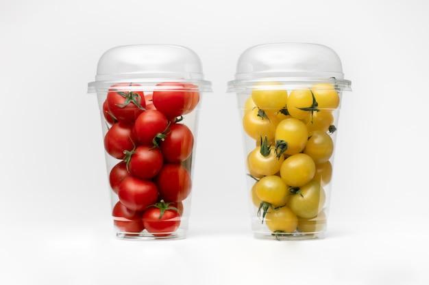 Opakowanie pomidorów cherry. na białym tle biała przestrzeń. wiśniowa przestrzeń.
