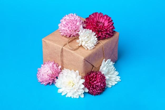 Opakowanie prezentowe w stylu eco zero waste. kompozycja w pudełku upominkowym z papieru kraftowego ozdobionego kwiatami