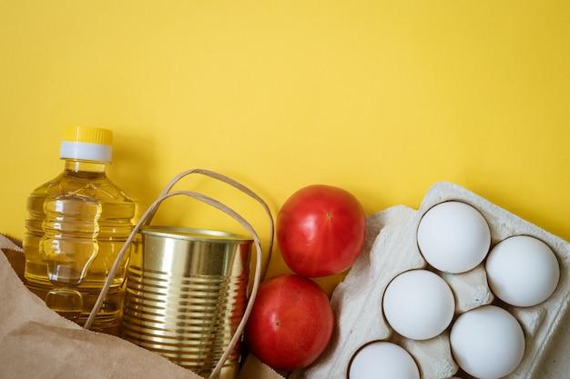 Opakowanie z produktami na żółtym tle