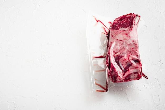 Opakowanie ze świeżym stekiem wołowym pokrojonym do sous vide w zestawie próżniowej plastikowej torby rynkowej