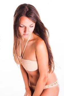 Opalona kobieta w kostiumie kąpielowym na białym tle