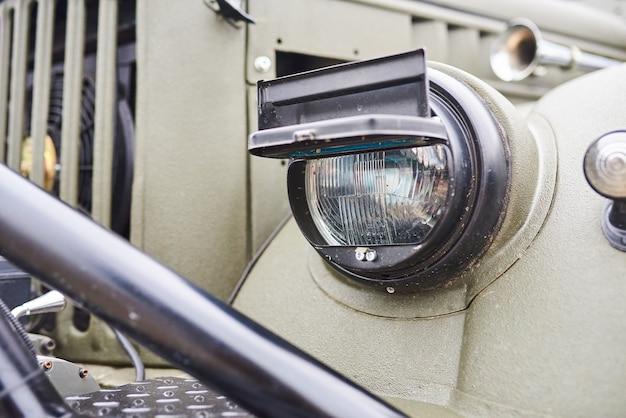 Opancerzony reflektor pojazdu wojskowego;