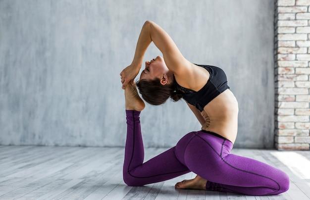 Oparta elastyczna kobieta