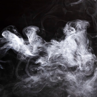 Opary dymu rozprzestrzeniały się na czarnym tle