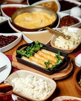 Opaska na palec z serem i koperkiem na stole śniadaniowym