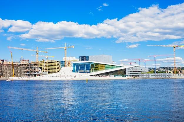 Opera w oslo lub operahuset jest siedzibą norweskiego narodowego teatru opery i baletu w norwegii.