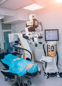 Operacja oka. pacjent i chirurg na sali operacyjnej podczas operacji okulistycznej. korekcja wzroku