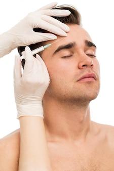 Operacja plastyczna. atrakcyjny, przystojny mężczyzna