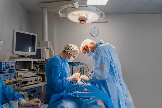 Operacja plastyki powiek w celu modyfikacji okolicy oczu na twarzy w gabinecie lekarskim