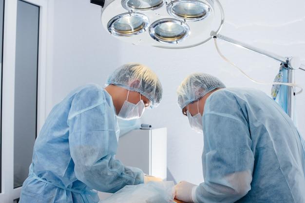 Operacja w nowoczesnej sali operacyjnej z bliska, ratownictwo i resuscytacja pacjenta. medycyna i chirurgia.