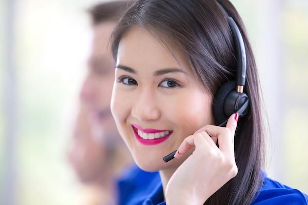 Operator biznesowy zespołu z zestawem słuchawkowym, wsparcie call center lub sprzedaż w biurze, biznes usługowy, zespół call center dla klientów