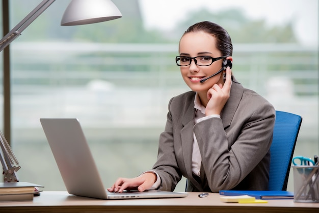 Operator call center pracuje przy biurku