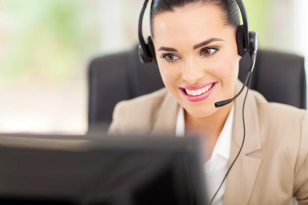 Operator centrum obsługi z zestawem słuchawkowym