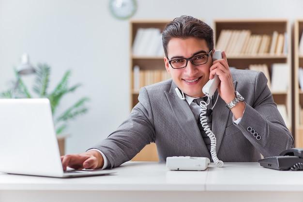 Operator centrum telefonicznego rozmawia przez telefon