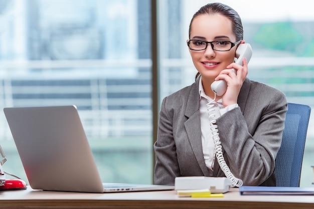 Operator centrum telefonicznego w koncepcji biznesowej