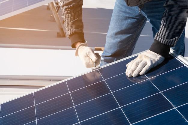 Operator instalujący sprzęt słoneczny w domu