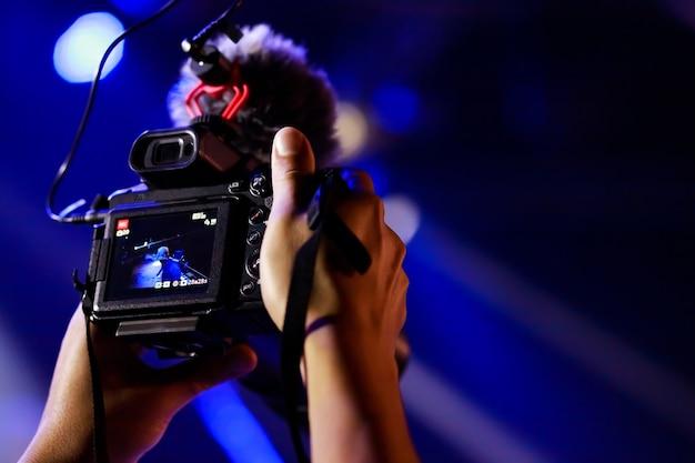 Operator kamery wideo pracujący ze swoim sprzętem