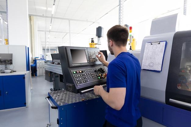 Operator maszyny przeprowadza debugowanie i strojenie maszyny za pomocą kontroli programu
