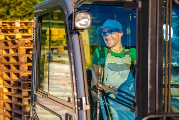 Operator operatora wózków widłowych
